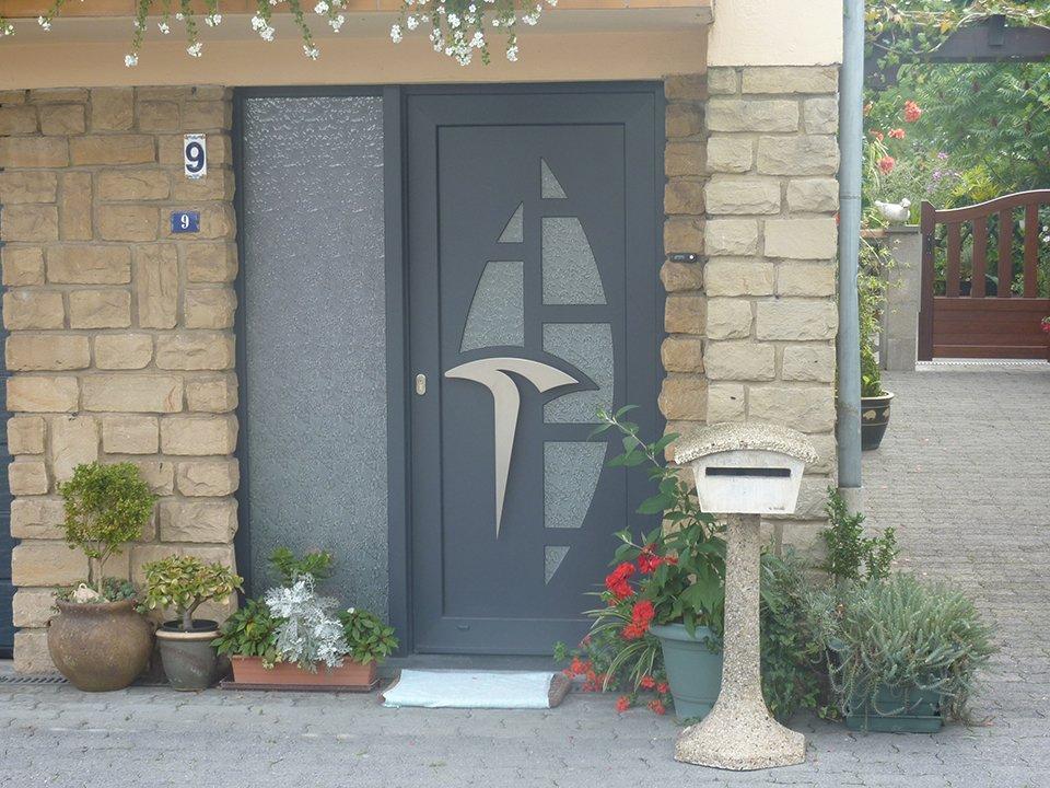Photos portes ext rieures pvc alu portes d 39 entr e panneaux et vitrages menuiserie guelff for Prix porte maison exterieur